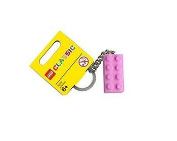 Брелок в виде розового кубика LEGO